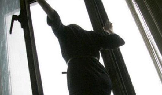 В городе - спутнике Волгограда молодая девушка разбилась выпав из окна 3 этажа