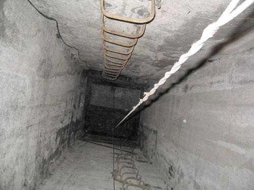 В Волжском монтажник упал в 6-метровую шахту