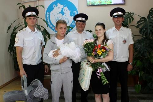 В Волгограде инспекторы ДПС подарили Снежане, которая появилась на свет благодаря им - коляску