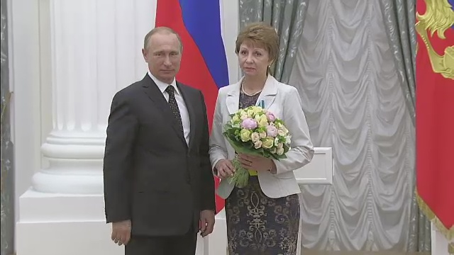 Владимир Путин наградил монтажницу Волгоградского ЦКБ