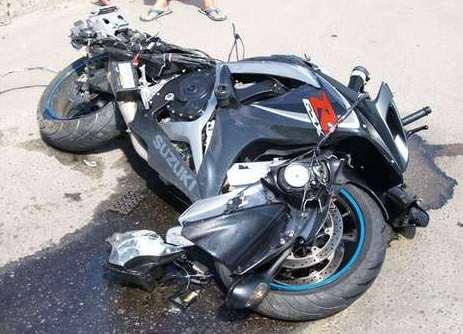 В  больнице города-спутника Волгограда после ДТП скончался мотоциклист, который врезался в остановку