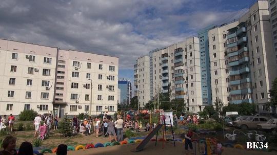 За стрельбу из травматики во дворе по жильцам дома, в том числе по малолетним детям задержана 36-летняя Волжанка