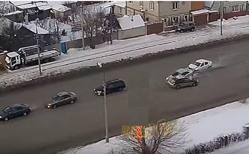 В Волжском «Renault» врезался в 4 иномарки