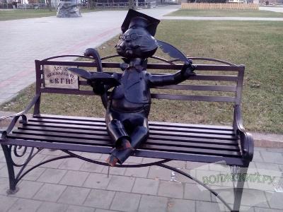 «Ученому коту» на площади Ленина в Волжском вандалы оторвали лапы