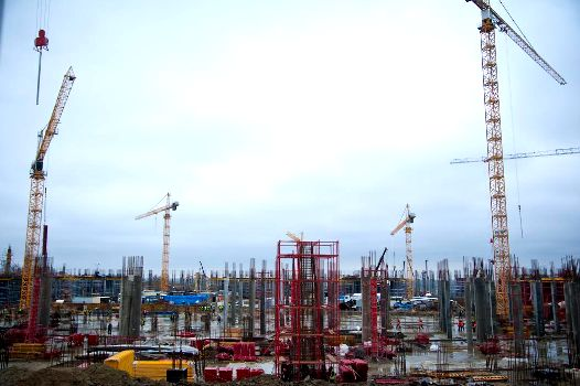 На стадионе «Волгоград Арена» работа идет и в выходные - началось возведение колонн второго этажа и выполнение части работ 2016 года