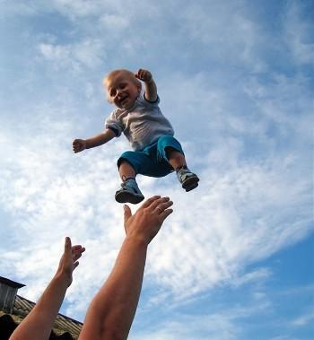 Кабмин утвердил выделение средств на выплаты при рождении первенца