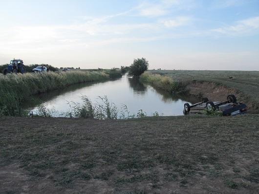 В Ленинском районе Волгоградской области в автомобиле утонули двое мужчин