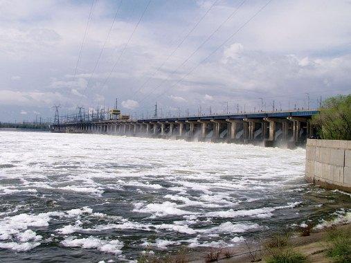 Волжская ГЭС открыла водосливную плотину и начала холостые сбросы