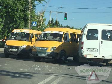 Три маршрутных такси не поделили дорогу в Волжском