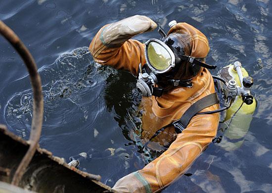 В Учебном центре инженерных войск в Волгоградской области водолазы отрабатывают специальные задачи под водой